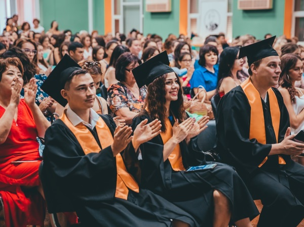 1615 человек окончили Астраханский госуниверситет в2018 году