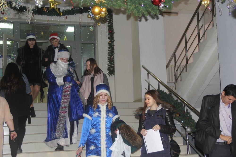 Студенты ФМиИТ поздравили АГУ с наступающим Новым годом