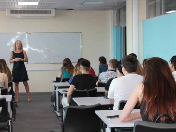 Французский преподаватель подготовила студентов АГУ к межкультурным коммуникациям