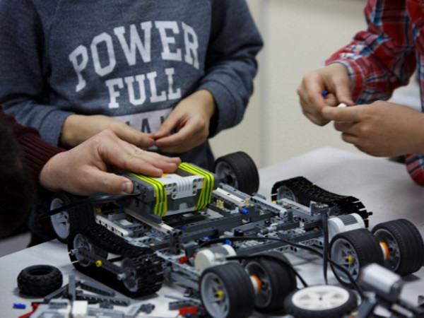 В АГУ школьники создают роботов