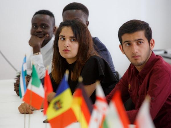 Президент Всемирной ассоциации выпускников встретился в АГУ с иностранными студентами