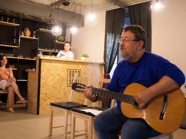 Преподаватель Астраханского госуниверситета представил публике свои песни